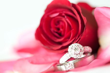 恋愛運アップは宝石、結婚運は満開の桜! 風水師オススメ3月の開運待ち受け