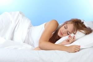 寝相でわかる恋愛傾向 横向きで寝る人は甘えん坊!
