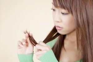 髪をくるくるする人は直感タイプ! 考えるときの癖でわかる思考パターン