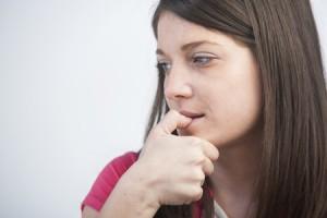 爪を噛む人は繊細で傷つきやすい人! 暇な時にしがちな行動でわかる性格診断