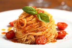 【らくらく風水】トマトパスタを食べると、恋の出会い運が上がる!