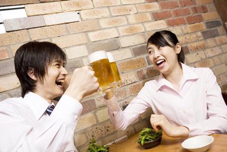 【らくらく風水】乾杯をビールにすると、ギスギスした職場の人間関係が円滑になる!