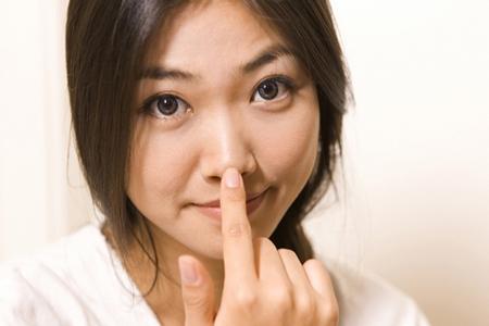 会話中、顔を触る人はウソをついている!? ウソつきがする5つの行動パターン