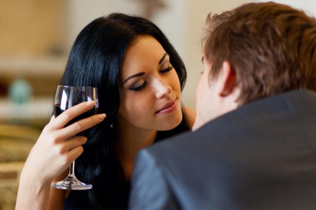 【心理テスト】酔ったら別人!? お酒の席での「男欲しがり度」を診断!