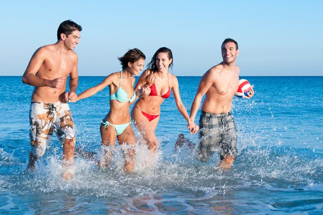 海で泳ぐだけで運気アップ! 旅行先でしたい金運を上げる開運アクション