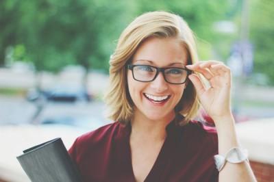 メガネの上げ方で性格判断 真ん中を一本指で上げる人は恋愛が苦手!?