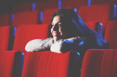 【心理テスト】1人で映画館、何か買う? 答えでわかる「恋のしくじり癖」