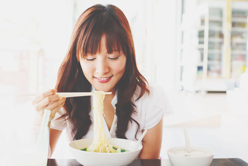 【12月の開運方位】ラッキー方位は「東南」、麺類を食べて運気アップ!