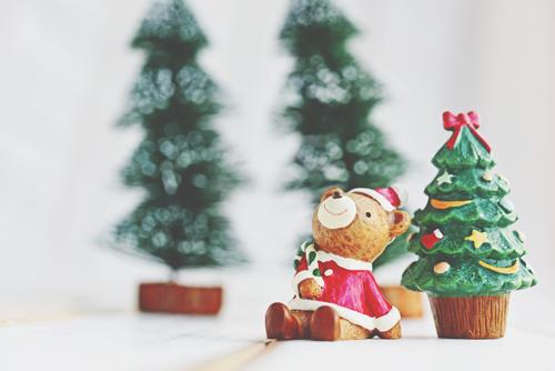 【12月のカラータロット占い】ラッキーカラーは「緑」、クリスマスツリーで金運アップ!