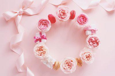 【6月の開運壁紙】恋愛運は「ピンク花のリース」、仕事運は「竹林」の写真で運気アップ!
