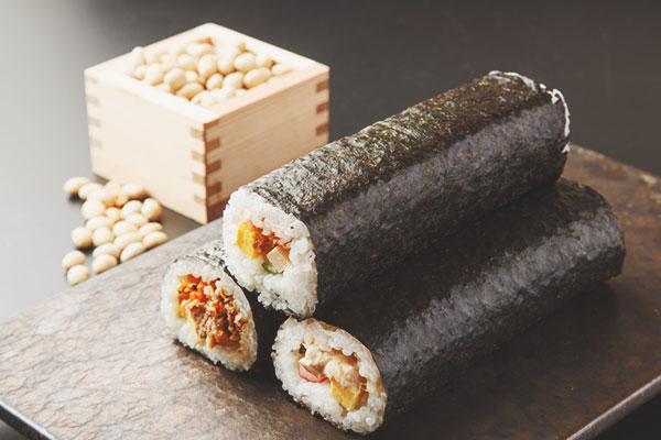 今年の恵方は「南南東」 恵方巻きを食べて運気アップ!