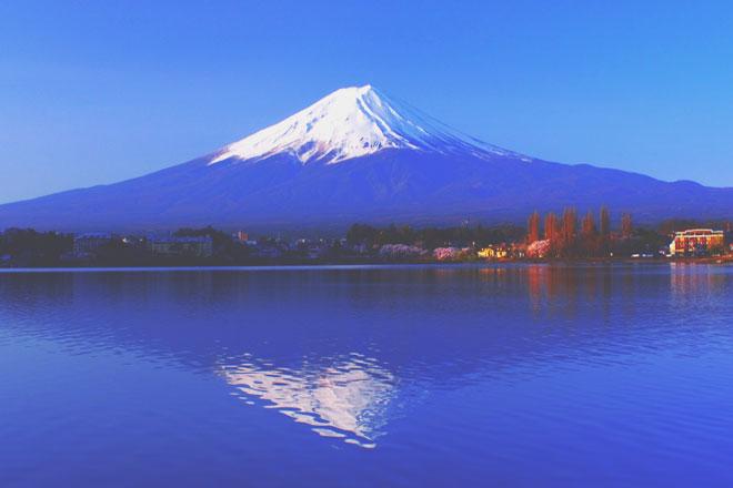 【8月の開運壁紙】恋愛運は「冠雪の富士山」、仕事運は「真夏の太陽」で運気アップ!