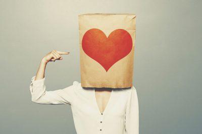 【血液型恋の落とし穴】AB型は人目を気にして恋に夢中になれない!