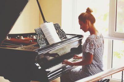 【夢占い】ピアノの夢は女性的魅力アップ! 楽器の夢が暗示することとは?