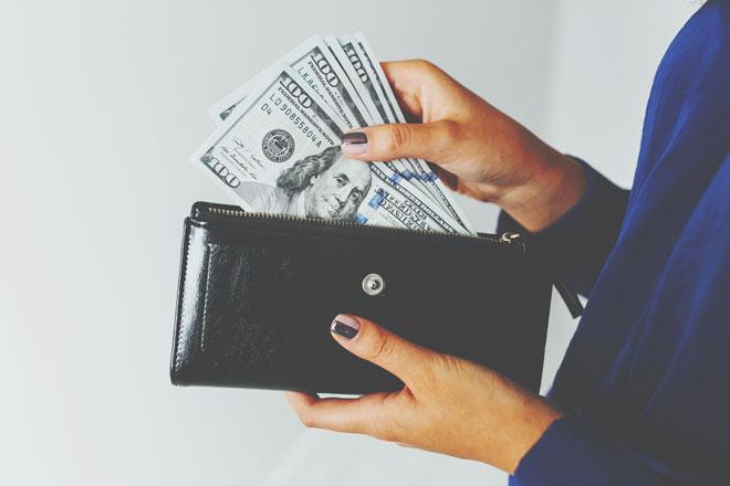 九星別【2019年の開運財布】一白水星は黒や赤の質のいい財布で出費をセーブ!
