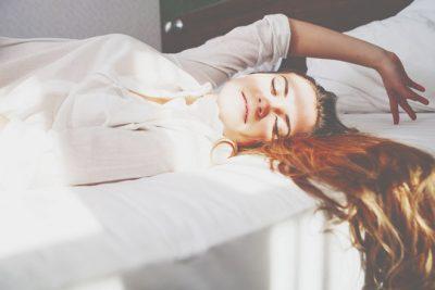 いつもの寝姿でわかる友達との付き合い方 うつ伏せで寝る人はグループの中心にいたいタイプ!
