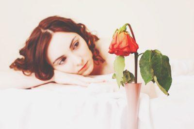 枯れかけた花、どうする? 恋の終わり際の行動がわかる【心理テスト】