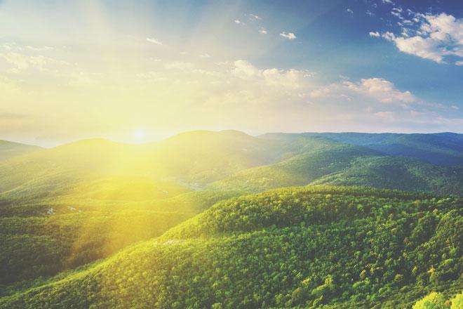 【4月の開運壁紙】恋愛運は「山と太陽」、仕事運は「虹」の写真で運気アップ!