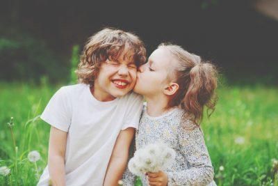 【6月の開運壁紙】恋愛運は「キスをしている人」、仕事運は「サル」の写真で運気アップ!