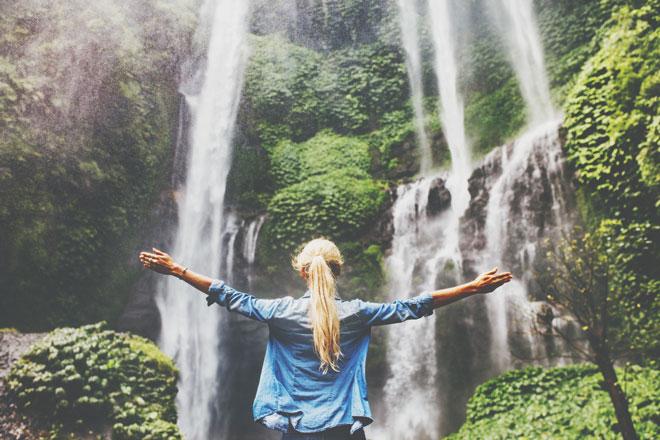 【8月の開運方位】ラッキー方位は「北」、涼を求めて滝を見に行こう!