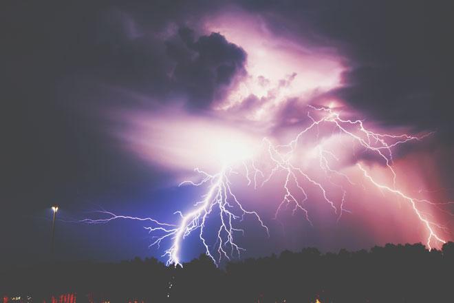 【夢占い】雷に打たれる夢は電撃的な恋の予感!? 雷・稲妻・竜巻の夢が暗示すること