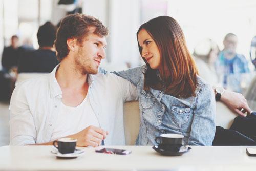 アイコンタクトの回数と笑顔でわかるモテ度&誘われ方テクニック